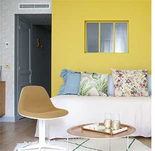 du jaune dans la chambre et pourquoi pas mobilier canape deco. Black Bedroom Furniture Sets. Home Design Ideas